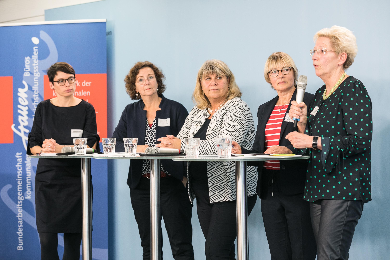 Bundessprecherinnen Christina Runge und Susanne Löb im Gespräch mit Josefine Paul Deutscher Frauenrat (links) Ursula Braunewell Deutscher LandFrauenverband (mitte) und Elke Annette Schmidt Landesfrauenrat Mecklenburg-Vorpommern (rechts)