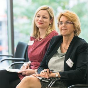 Die Bundestagsabgeordneten Susanne Mittag und Isabell Mackensen im Publikum
