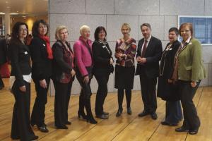 Bundesministerin Manuela Schwesig und Minister Günter Baaske mit Bundessprecherinnen / © Barbara Thieme