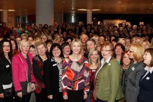 Bundesministerin Manuela Schwesig mit Teilnehmerinnen der 22. Bundeskonferenz / © Barbara Thieme