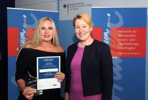 3. Platz Gender Award 2018 Stadt Düsseldorf mit Bundesministerin Dr. Giffey